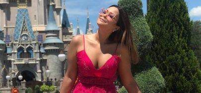 """Geisy Arruda posa com vestido rosa e relembra polêmica: """"Os humilhados serão exaltados"""""""