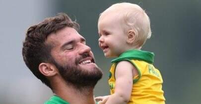 Alisson Becker posta vídeo fofo com a filha, que finge tocar música sertaneja