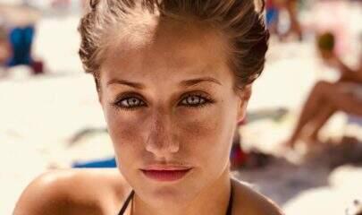 """Ex-atriz mirim, Bruna Griphao posa de maiô cavado e fãs se derretem: """"Verdadeiro mulherão"""""""