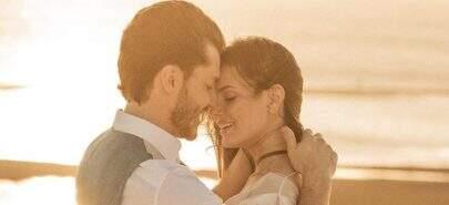 """Prestes a casar, Camila Queiroz celebra dois anos com Klebber Toledo: """"Te amo muito"""""""