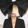 Sia é flagrada com o rosto descoberto saindo de restaurante