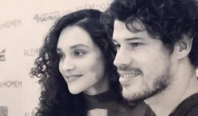 Débora Nascimento e José Loreto aparecem juntinhos em clique sensual