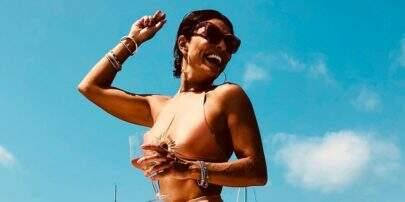 """Em Ibiza, Juliana Paes exibe barriguinha trincada e recebe elogios: """"Retrato da plenitude"""""""