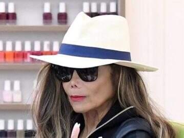 Irmã de Michael Jackson é flagrada em salão e semelhança com o cantor assusta