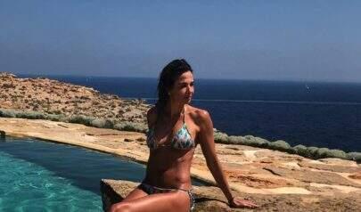Após receber críticas por magreza em foto de topless, Luciana Gimenez bloqueia comentários