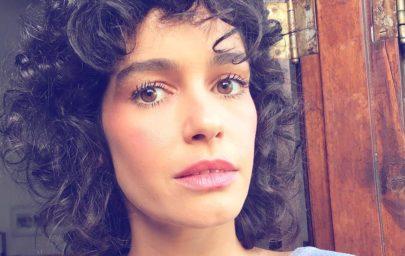 Maria Flor posa em ensaio sensual sem depilar as axilas e rebate críticas