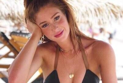 Na Grécia, Marina Ruy Barbosa posa sem maquiagem e exibe sardas