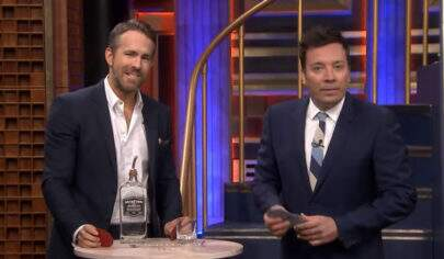 Jimmy Fallon faz drinking game com Ryan Reynolds e acaba vomitando