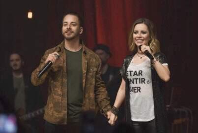Sandy e Junior fazem reencontro emocionante nos palcos e cantam sucessos do passado