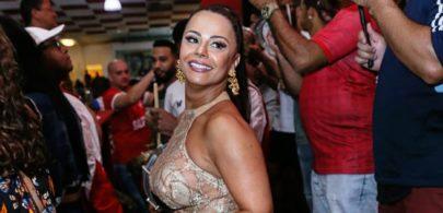 Viviane Araújo exibe look transparente durante ensaio de escola de samba