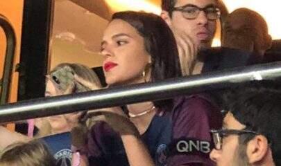 Deu sorte? Bruna Marquezine assiste jogo de Neymar com Davi Lucca na França