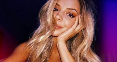 Namorada de Pato, Danielle Knudson posa de maiô decotado e chama atenção na internet