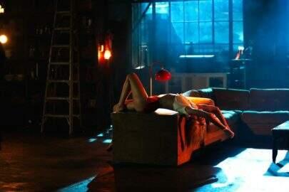 """Dua Lipa está toda sensual em novo clipe com Silk City, """"Electricity"""""""