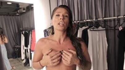 """De topless, Adriane Galisteu divulga vídeo no Youtube e comenta vida sexual: """"Dá para quem você quiser"""""""