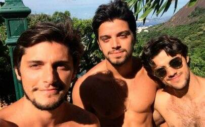 Celebrando o dia do irmão, Rodrigo Simas posta foto fofa com Bruno Gissoni e Felipe Simas