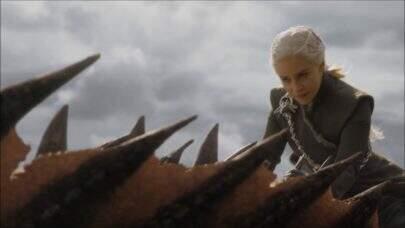 """Mãe de dragões! Emilia Clarke faz tatuagem em homenagem à """"Game of Thrones"""""""