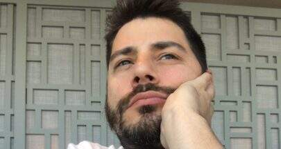 """Gêmeos? Evaristo Costa acorda barbudo e dispara: """"Invejosos dirão que é o Cauã Reymond"""""""