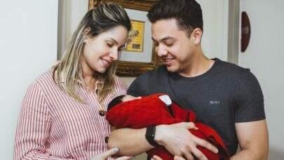 """Thyane Dantas deixa a maternidade ao lado de Wesley Safadão e anuncia: """"Dedicação à família"""""""