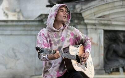 Justin Bieber faz show pelas ruas de Londres e leva fãs à loucura