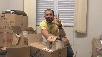 Ex-BBB Kaysar Dadour organiza apartamento para receber a família no Brasil