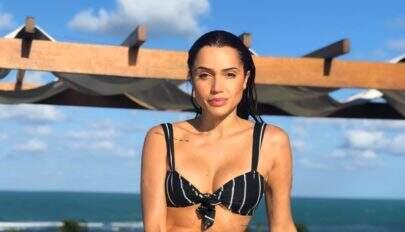 Paula Amorim chama atenção na web ao posar de biquíni e exibir curvas