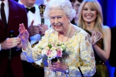 Rainha Elizabeth usa 'braço mecânico'? Vem entender essa história