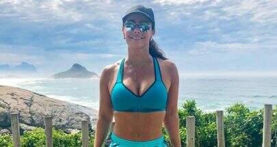 """Viviane Araújo exibe pernões e posta texto reflexivo: """"Cabeça erguida"""""""