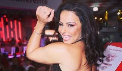 """Com look decotadíssimo, Viviane Araújo rouba a cena e é exaltada: """"Amo a minha rainha"""""""