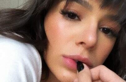 Bruna Marquezine é vista se maquiando em banheiro do aeroporto