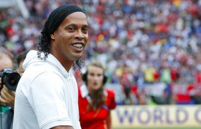 Em momento raro, Ronaldinho Gaúcho aparece jogando bola com o filho