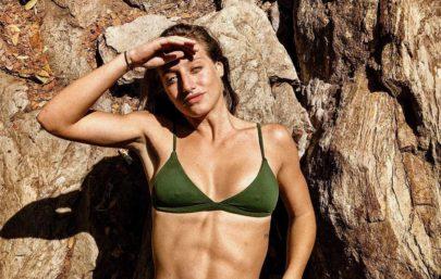 Bruna Griphao exibe bumbum em foto de biquíni curtindo cachoeira