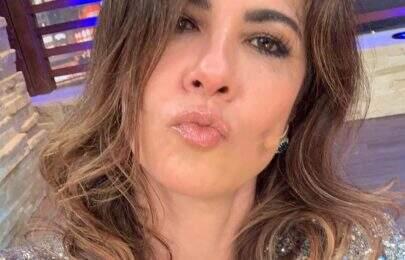 """Luciana Gimenez aparece com look decotadíssimo: """"Fazendo a louca"""""""