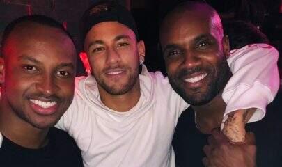 Solteiro, Neymar curte show em Paris com os 'parças'