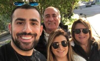 Ex-BBB Kaysar Dadour comemora o primeiro mês da família no Brasil