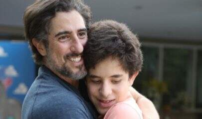 Marcos Mion emociona ao registrar momento de carinho ao lado do filho autista