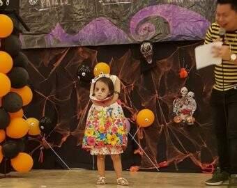 Mãe cria fantasia de decapitada para filha no Halloween e assusta