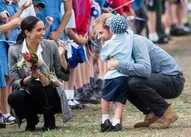 Menino quebra protocolo e abraça Meghan Markle e príncipe Harry