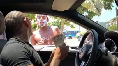 """Nego do Borel distribui dinheiro em semáforo: """"Decidi dar uma grana"""""""