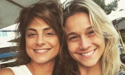 Fernanda Gentil ganha beijão de aniversário de sua namorada