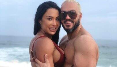 Gracyanne Barbosa posa beijando Belo em clima quente