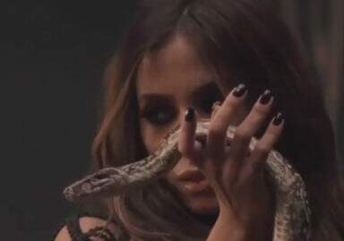 """Nua e coberta de cobras, Anitta divulga teaser do clipe """"Veneno"""""""