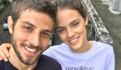 Chay Suede e Laura Neiva são flagrados aos beijos em Fernando de Noronha