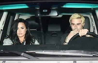 Após deixar reabilitação, Demi Lovato é vista em clima de romance com rapaz