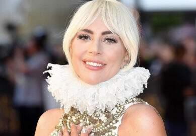 Lady Gaga ajuda vítimas de incêndio na Califórnia e distribui pizza em abrigo