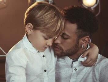 Neymar posa com Davi Luca na concentração da seleção brasileira