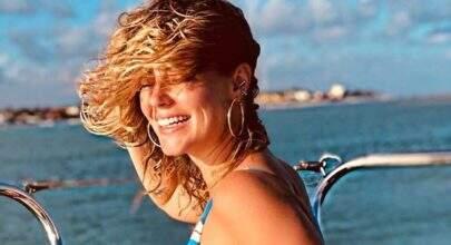 Paolla Oliveira posa de maiô durante passeio de barco e deixa fãs de boca aberta