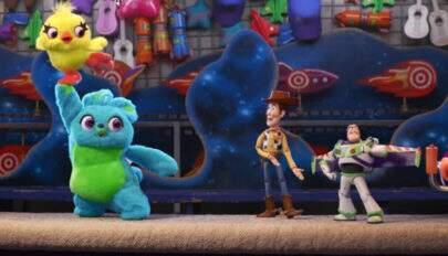 """Novo vídeo de """"Toy Story 4"""" mostra Woody e Buzz sendo zoados por outros brinquedos"""