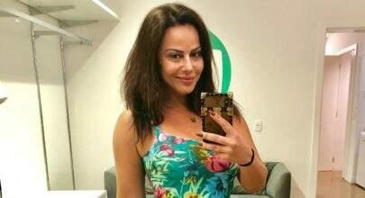 """Viviane Araújo encanta seguidores ao fazer selfie no espelho da academia: """"Antes do treino"""""""