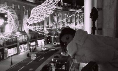 Bruna Marquezine faz fotos no chão em hotel de Londres com diárias de R$ 13 mil