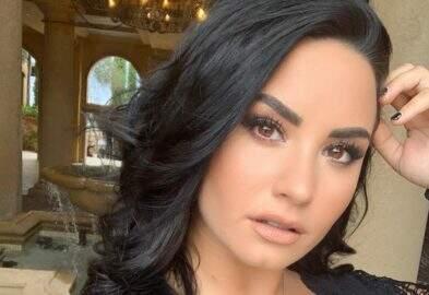 Demi Lovato faz nova tatuagem e comemora seis meses sóbria